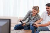 Rindo casal jogando videogame — Foto Stock