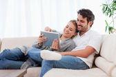 In liefde paar met behulp van een tablet pc — Stockfoto