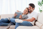 在爱的情侣使用一台平板电脑 — 图库照片