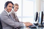 Gut aussehende operatoren, die mit hilfe eines computers — Stockfoto