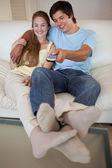 Porträtt av en avslappnad par tittar på tv — Stockfoto
