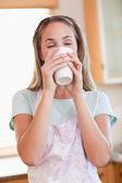 Ritratto di una donna calma, bere una tazza di tè — Foto Stock