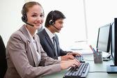 Uśmiechający się pracowników biurowych, komputerów — Zdjęcie stockowe