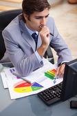 бизнесмен, работы по статистике на своем столе — Стоковое фото