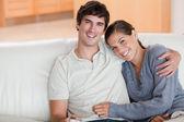Lyckliga par njuter av deras tid tillsammans på soffan — Stockfoto