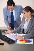 Trabalhando juntos em diagramas de negócios — Foto Stock