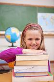 Ritratto di scolaretta in posa con i libri — Foto Stock