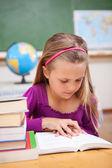 Kitap okuma kız öğrenci portresi — Stok fotoğraf
