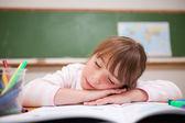 Bir masada uyuyan liseli kız — Stok fotoğraf