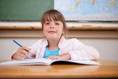 Leuk meisje schrijven — Stockfoto