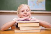 Meisje leunend op boeken — Stockfoto