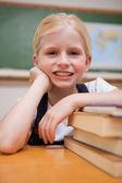 Retrato de una muchacha apoyándose en libros — Foto de Stock