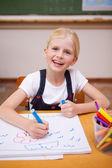 Retrato de una niña sonriente dibujo — Foto de Stock
