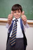 Retrato de un niño sonriente con los pulgares para arriba — Foto de Stock