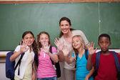 Professora e seus alunos acenando para a câmera — Foto Stock