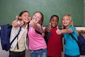 Compagni di classe in posa con il pollice in su — Foto Stock
