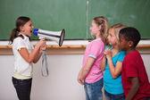 écolière en colère criant dans un mégaphone à ses camarades de classe — Photo