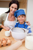 Son and mother preparing cake — Stock Photo