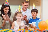 Ouders applaudisseren haar dochter die net blies de kaarsen op — Stockfoto