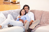 Couple enjoys watching television together — Stock Photo