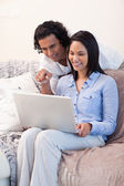 Couple on the sofa surfing the internet together — Stock Photo