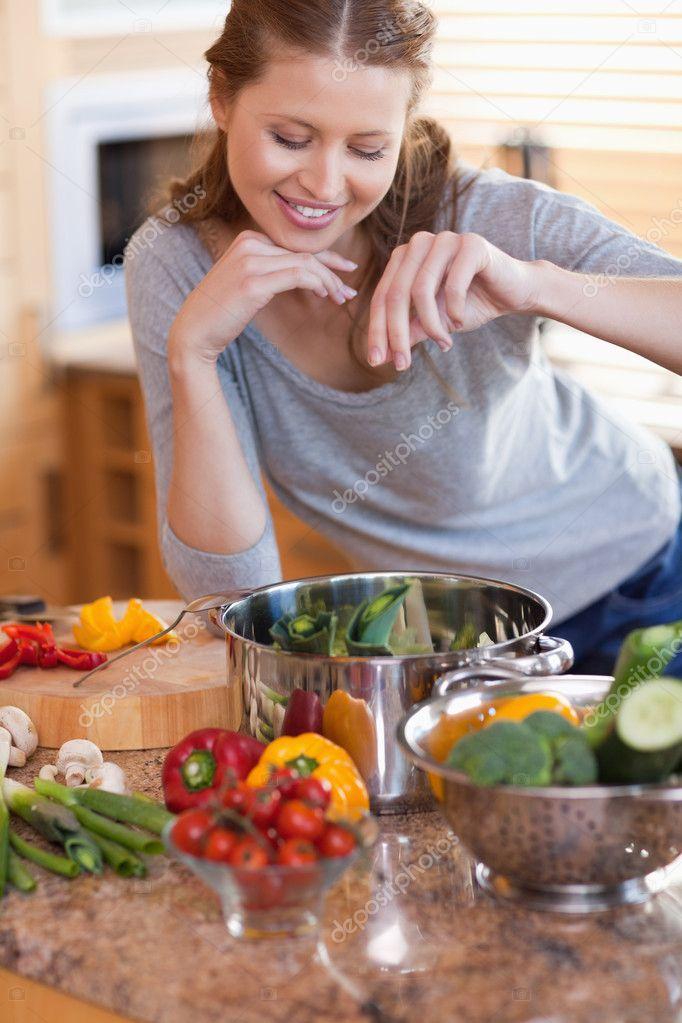 Mujer condimentar los ingredientes de su comida fotos for Ingredientes para comida