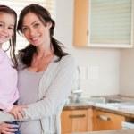 flickan och hennes mor poserar — Stockfoto