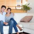 pareja sentada en un sofá — Foto de Stock