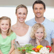 Foto Stock: Family standing in kitchen