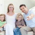 rodina dívat se na televizi na pohovce — Stock fotografie #11211576