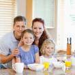 Familie zusammen mit Frühstück stehen hinter der Küche-Graf — Stockfoto
