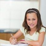 微笑女孩做作业 — 图库照片