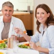 Smiling couple eating dinner — Stockfoto