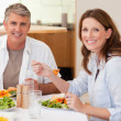 Foto Stock: Smiling couple eating dinner