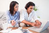 Casal verificando suas contas bancárias on-line — Foto Stock
