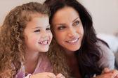 Madre e figlia sdraiata vicino insieme — Foto Stock