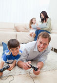 Family enjoys spending their spare time together — Stock Photo
