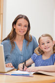 一个美丽的女人,帮助她的女儿做她红磡的肖像 — 图库照片