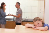 Chica triste oír a sus padres guarnición — Foto de Stock