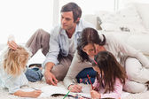 Family drawing together — Fotografia Stock