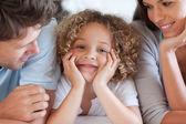 Anne ile oğlu bir yatakta yatarken gülümseyen — Foto de Stock