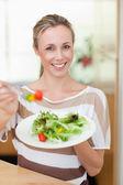 женщина, предлагая салат — Стоковое фото