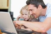 Father showing his son the internet — Foto Stock