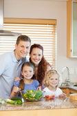 キッチンで家族の立っています。 — ストック写真