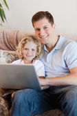 Father and son using laptop — Stock fotografie
