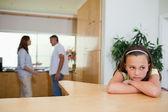 Chica triste escuchar a luchar contra los padres — Foto de Stock