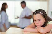 与战斗在她身后的父母伤心的女孩 — 图库照片