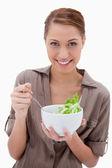 Mujer con tazón de ensalada — Foto de Stock