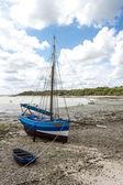 Barco azul en vez de marea baja, costa norte de francia — Foto de Stock
