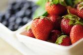 Strawberryes en la placa — Foto de Stock